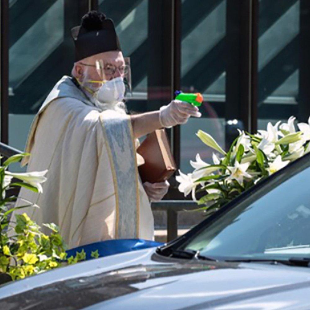 Coronavirus: Negli USA la benedizione con pistola ad acqua (santa)